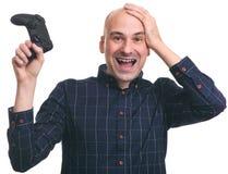 Ευτυχής έκπληκτος φαλακρός τύπος με ένα πηδάλιο Στοκ φωτογραφία με δικαίωμα ελεύθερης χρήσης