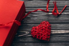 Ευτυχής έννοια ημέρας βαλεντίνων μοντέρνο παρόν και καρδιά με το πλευρό στοκ εικόνες