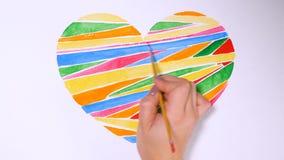 Ευτυχής έννοια ημέρας βαλεντίνων Καρδιά που επισύρεται την προσοχή σε χαρτί απόθεμα βίντεο