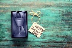 Ευτυχής έννοια ημέρας πατέρων ` s Δεσμός στο κιβώτιο δώρων Στοκ Φωτογραφίες