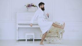 Ευτυχής έννοια πρωινού Το Hipster απολαμβάνει την άσκηση πρωινού κοντά στο πιάνο και την ντεμοντέ πολυθρόνα Εύθυμο άτομο στο μπου απόθεμα βίντεο