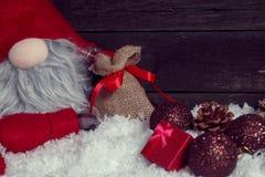 Ευτυχής έννοια Χριστουγέννων με το διακοσμητικό νάνο Στοκ Φωτογραφίες