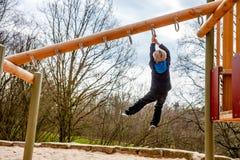 Ευτυχής ένωση αγοριών στη σκάλα στην παιδική χαρά Στοκ φωτογραφίες με δικαίωμα ελεύθερης χρήσης