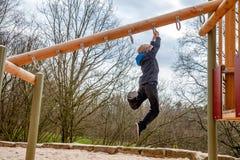 Ευτυχής ένωση αγοριών στη σκάλα στην παιδική χαρά Στοκ εικόνες με δικαίωμα ελεύθερης χρήσης