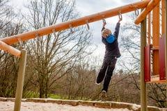 Ευτυχής ένωση αγοριών στη σκάλα στην παιδική χαρά Στοκ Εικόνα