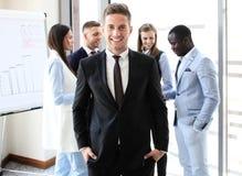 Ευτυχής έξυπνος επιχειρηματίας στοκ εικόνες