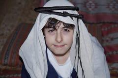 Ευτυχής έφηβος με τα αραβικά ενδύματα Στοκ Φωτογραφίες