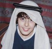 Ευτυχής έφηβος με τα αραβικά ενδύματα Στοκ φωτογραφία με δικαίωμα ελεύθερης χρήσης