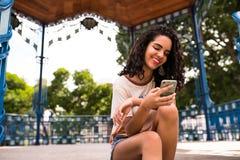 Ευτυχής έφηβος με το κινητό τηλέφωνο διαθέσιμο Στοκ Φωτογραφία