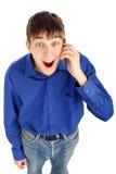 Ευτυχής έφηβος με το κινητό τηλέφωνο Στοκ Φωτογραφίες