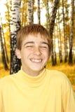 Ευτυχής έφηβος υπαίθριος στοκ εικόνες