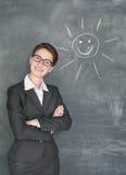 Ευτυχής ήλιος δασκάλων και χαμόγελου στον πίνακα κιμωλίας Στοκ Εικόνες