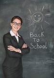 Ευτυχής ήλιος δασκάλων και χαμόγελου στον πίνακα κιμωλίας Στοκ Φωτογραφία