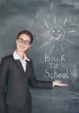 Ευτυχής ήλιος δασκάλων και χαμόγελου στον πίνακα κιμωλίας Στοκ φωτογραφία με δικαίωμα ελεύθερης χρήσης