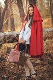 Ευτυχής λίγη κόκκινη οδηγώντας κουκούλα θέτει στο δάσος Στοκ εικόνες με δικαίωμα ελεύθερης χρήσης