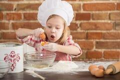 Ευτυχής λίγος αρχιμάγειρας στην κουζίνα Στοκ Φωτογραφία