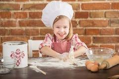 Ευτυχής λίγος αρχιμάγειρας στην κουζίνα Στοκ Φωτογραφίες