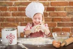Ευτυχής λίγος αρχιμάγειρας στην κουζίνα Στοκ εικόνα με δικαίωμα ελεύθερης χρήσης