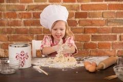Ευτυχής λίγος αρχιμάγειρας στην κουζίνα Στοκ φωτογραφίες με δικαίωμα ελεύθερης χρήσης