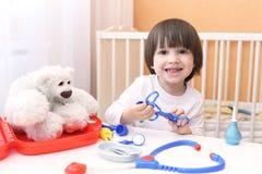 Ευτυχής λίγος παίζοντας γιατρός παιδιών Στοκ Εικόνα