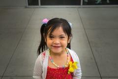 Ευτυχής λίγο ασιατικό κορίτσι με ένα ευρύ χαμόγελο Στοκ Φωτογραφία
