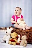 Ευτυχής λίγο μικρό παιδί με τα παιχνίδια βελούδου Στοκ φωτογραφία με δικαίωμα ελεύθερης χρήσης
