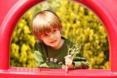 Ευτυχής λίγο παιδί, παιχνίδι αγοράκι Στοκ εικόνα με δικαίωμα ελεύθερης χρήσης
