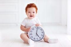 Ευτυχής λίγο ρολόι κύκλων εκμετάλλευσης μωρών μικρών παιδιών Στοκ Εικόνες