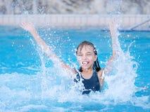 ευτυχής λίμνη κοριτσιών Στοκ εικόνες με δικαίωμα ελεύθερης χρήσης