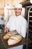 Ευτυχής δίσκος εκμετάλλευσης αρτοποιών του φρέσκου ψωμιού Στοκ Φωτογραφίες