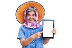 Ευτυχής αγρότης ηλικιωμένων γυναικών που χρησιμοποιεί την ταμπλέτα και χαρούμενος στοκ φωτογραφίες