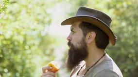 Ευτυχής αγρότης στο καπέλο κάουμποϋ που έχει τη διασκέδαση στον τομέα Άτομο που φυτεύει στο έδαφος Απολαύστε στο αγρόκτημα Λαχανι φιλμ μικρού μήκους