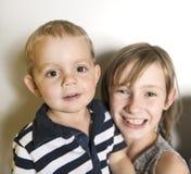 Ευτυχής αδελφή παιδιών το κορίτσι που κρατά τον αδελφό του στοκ φωτογραφία με δικαίωμα ελεύθερης χρήσης