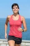 Ευτυχής αθλητής που τρέχει στο καλοκαίρι Στοκ φωτογραφία με δικαίωμα ελεύθερης χρήσης