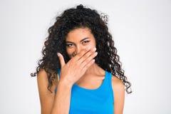 Ευτυχής αμερικανική γυναίκα afro που καλύπτει το στόμα της Στοκ φωτογραφία με δικαίωμα ελεύθερης χρήσης