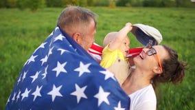 Ευτυχής αμερικανική οικογένεια σε μια ημέρα της ανεξαρτησίας ΗΠΑ εορτασμού πικ-νίκ 4η του Ιουλίου Παππούς, ενήλικα κόρη και μωρό απόθεμα βίντεο