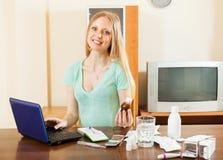 Ευτυχής ανάγνωση γυναικών για τα φάρμακα σε Διαδίκτυο Στοκ Φωτογραφία
