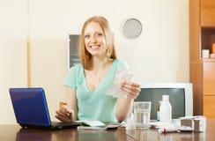 Ευτυχής ανάγνωση γυναικών για τα φάρμακα σε Διαδίκτυο Στοκ Εικόνες
