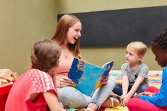 Ευτυχής ανάγνωση δασκάλων μεγαλοφώνως από το βιβλίο στοκ εικόνα με δικαίωμα ελεύθερης χρήσης