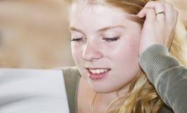 ευτυχής ανάγνωση χρώματο&sig Στοκ Εικόνα