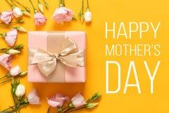 Ευτυχής ανασκόπηση ημέρας μητέρων ` s Φωτεινό κίτρινο και υπόβαθρο ημέρας μητέρων κρητιδογραφιών χρωματισμένο ροζ Επίπεδος βάλτε  στοκ εικόνα