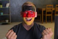 Ευτυχής ανεμιστήρας με τη χρωματισμένη σημαία της Γερμανίας Στοκ εικόνα με δικαίωμα ελεύθερης χρήσης