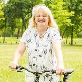 Ευτυχής ανώτερη γυναίκα υπαίθρια Στοκ Φωτογραφία