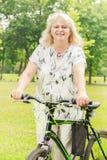 Ευτυχής ανώτερη γυναίκα υπαίθρια Στοκ φωτογραφία με δικαίωμα ελεύθερης χρήσης