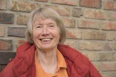 Ευτυχής ανώτερη κυρία με ένα ακτινοβολώντας χαμόγελο στοκ εικόνα με δικαίωμα ελεύθερης χρήσης