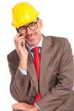 Ευτυχής ανώτερος αρχιτέκτονας που μιλά στο τηλέφωνο Στοκ Φωτογραφία