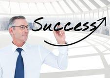 Ευτυχής ανώτερος επιχειρηματίας που γράφει στην ΕΠΙΤΥΧΙΑ οθόνης (+arrow) Είναι στο γραφείο Στοκ Εικόνες