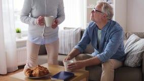 Ευτυχής ανώτερος καφές κατανάλωσης ζευγών στο σπίτι απόθεμα βίντεο