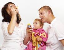 ευτυχής απομονωμένη μητέρα οικογενειακών πατέρων ανασκόπησης μωρών πέρα από τις χαμογελώντας λευκές νεολαίες Στοκ εικόνα με δικαίωμα ελεύθερης χρήσης