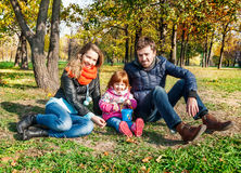 ευτυχής απομονωμένη μητέρα οικογενειακών πατέρων ανασκόπησης μωρών πέρα από τις χαμογελώντας λευκές νεολαίες Στοκ εικόνες με δικαίωμα ελεύθερης χρήσης